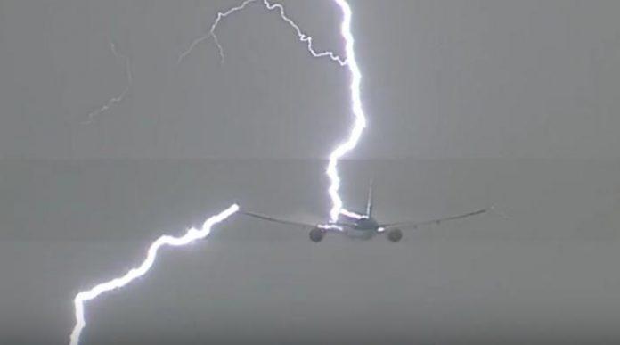 vliegtuig getroffen door bliksem-