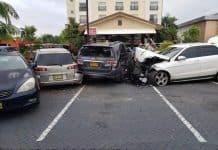 De zwaar beschadigde voertuigen. Foto: Carlo Inderson.