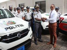 Minister Getrouw doet overdracht politie voertuigen